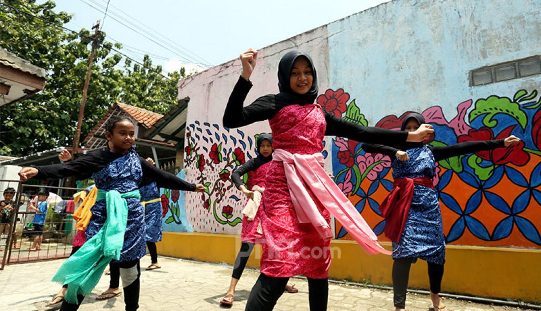 Sejumlah remaja Neglasari, Kota Bogor berlatih tarian Nusantara di Kampung Batik Cibuluh, Kota Bogor, Jawa Barat, Senin (12/10). Selain untuk mengisi waktu di masa Pandemi Covid-19, belajar menari juga sebagai cara melestarikan budaya Nusantara. Foto: Ricardo - JPNN.com