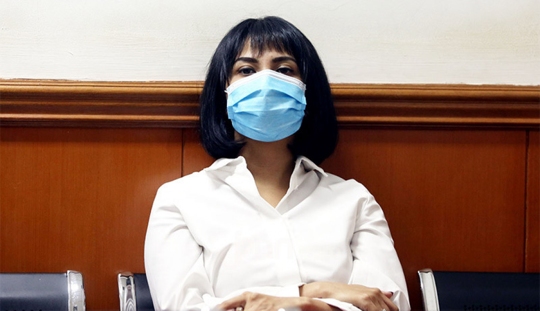 Terdakwa kasus kepemilikan narkoba Vanesza Adzania alias Vanessa Angel saat menunggu persidangan di Pengadilan Negeri Jakarta Barat, Jakarta, Senin (12/10) yang beragendakan pembacaan tuntutan. Majelis hakim menunda sidang tersebut karena jaksa penuntut umum (JPU) belum merampungkan surat tuntutan. Foto: Ricardo - JPNN.com