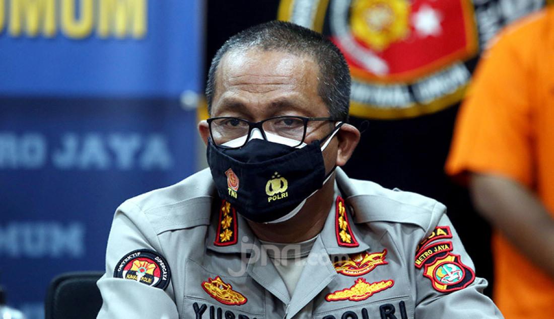 Kabid Humas Polda Metro Jaya Kombes Yusri Yunus menghadiri konferensi pers di Jakarta, Senin (12/10), terkait aksi unjuk rasa berujung rusuh pada 8 Oktober 2020. Foto: Ricardo - JPNN.com