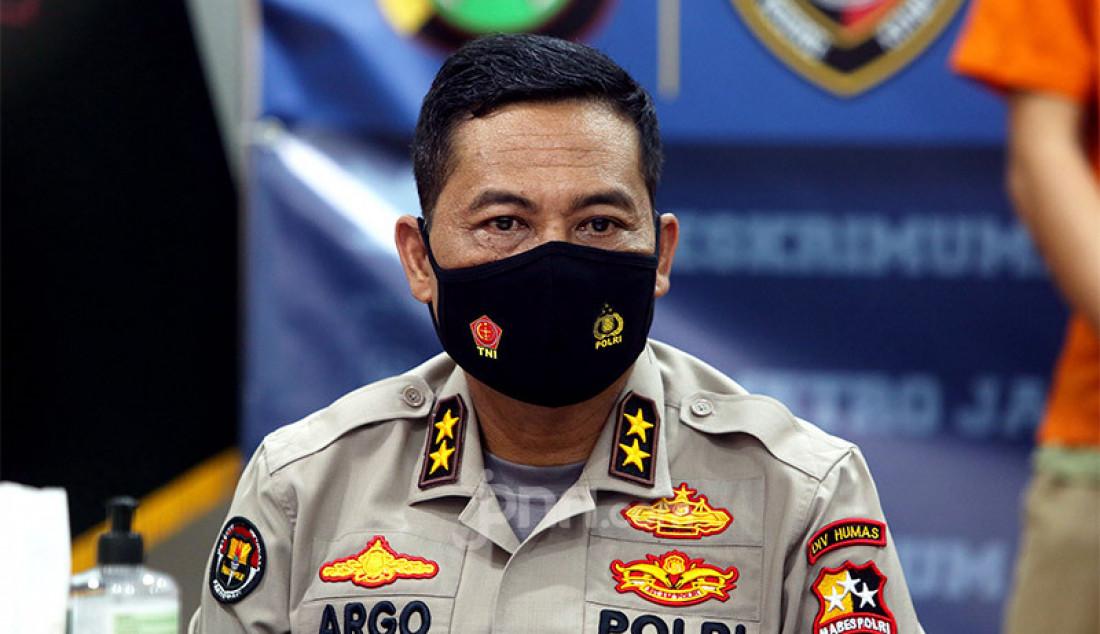 Kadiv Humas Polri Irjen Pol Raden Prabowo Argo Yuwono menghadiri jumpa pers di Polda Metro Jaya, Jakarta, Senin (12/10), terkait aksi unjuk rasa berujung rusuh pada 8 Oktober 2020. Foto: Ricardo - JPNN.com