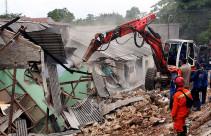 Petugas Bersihkan Sisa-sisa Longsor di Ciganjur - JPNN.com