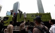 Ada Truk Angkut Puluhan Pelajar ke Lokasi Demo Tolak Omnibus Law Cipta Kerja - JPNN.com