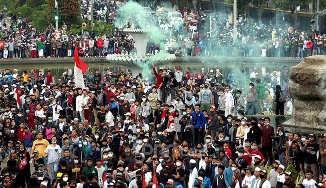 Demonstran memenuhi kawasan Patung Kuda di Kebun Sirih, Jakarta Pusat, Selasa (13/10) guna menolak Omnibus Law Cipta Kerja. Foto: Ricardo - JPNN.com