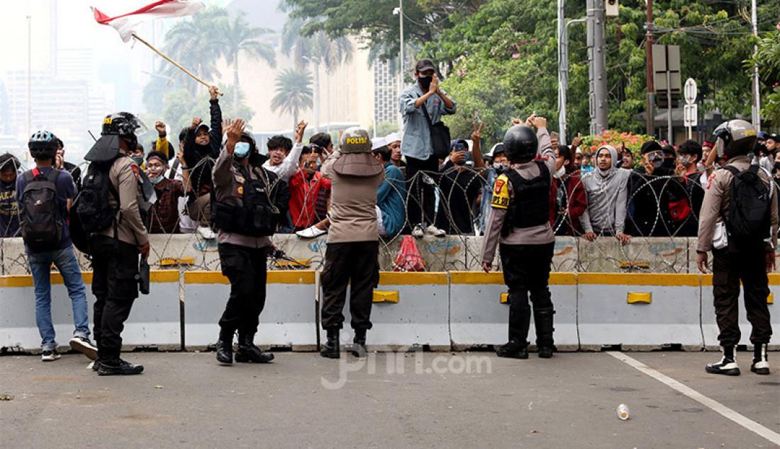 Anggota Polri melakukan negosiasi dengan perwakilan massa pada aksi demo menolak Omnibus Law Cipta Kerja di kawasan Kebun Sirih, Jakarta Pusat, Selasa (13/10). Foto: Ricardo - JPNN.com