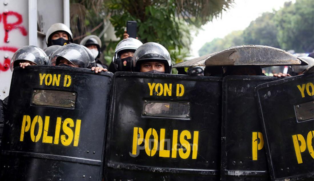 Anggota Polri dengan helm dan tameng saat mengawal jalannya aksi demo menolak Omnibus Law Cipta Kerja di Kawasan Kebun Sirih, Jakarta, Selasa (13/10). Foto: Ricardo - JPNN.com