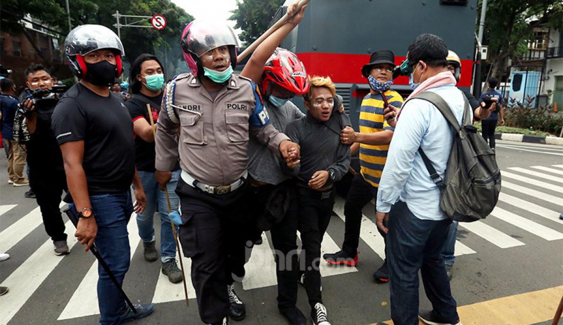 Aparat kepolisian menangkap sejumlah perusuh dalam aksi unjuk rasa menolak Omnibus Law Cipta Kerja di kawasan Kebun Sirih, Jakarta Pusat, Selasa (13/10). Foto: Ricardo - JPNN.com