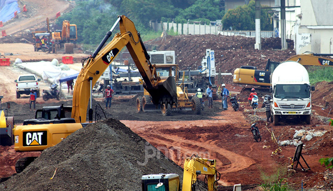 Pengerjaan proyek Tol Serpong-Cinere di kawasan Pondok Cabe, Tangerang Selatan, Rabu (14/10). PT Jasa Marga (Persero) Tbk. menargetkan Tol Serpong-Cinere beroperasi pada akhir 2020. Foto: Ricardo - JPNN.com