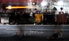 Penjahit Kolong Jalan Mencoba Bertahan di Masa Pandemi - JPNN.com