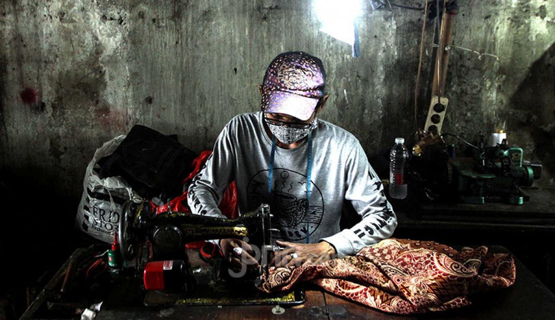 Sejumlah penjahit di kolong jalan layang Jatinegara, Jakarta Timur, Kamis (15/10), menyelesaikan order. Para penjual jasa menjahit itu mengaku mengalami penurunan order selama pandemi Covid-19. Foto: Ricardo - JPNN.com