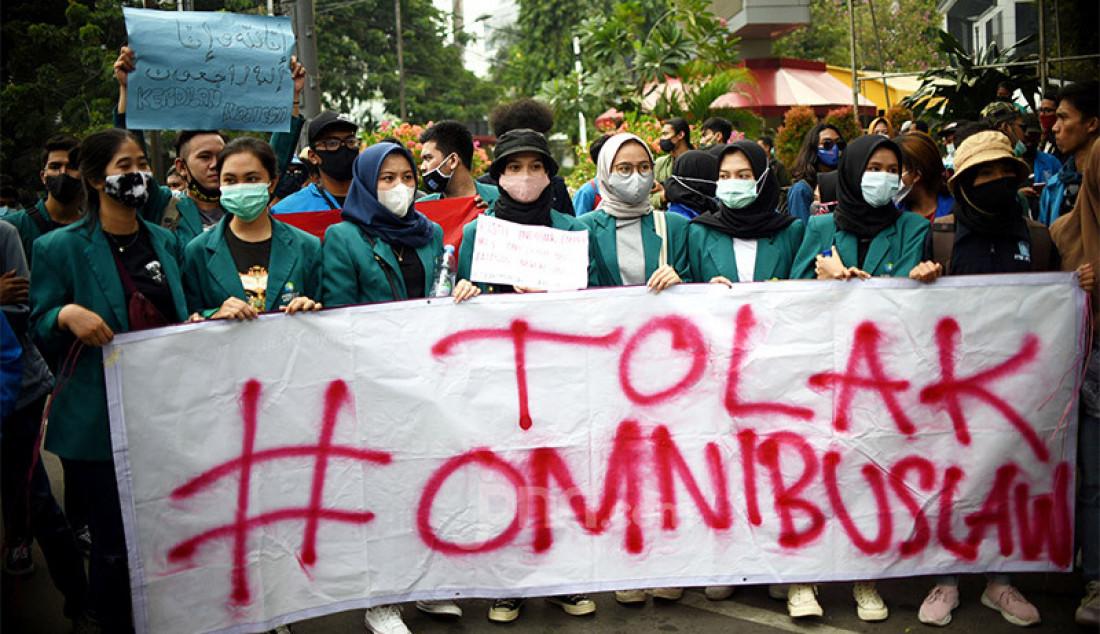 Massa yang tergabung dalam Badan Eksekutif Mahasiswa Seluruh Indonesia (BEM SI) berunjuk rasa di kawasan Patung Kuda, Jakarta Pusat, Jumat (16/10), guna menolak Omnibus Law Cipta Kerja. Foto: Ricardo - JPNN.com