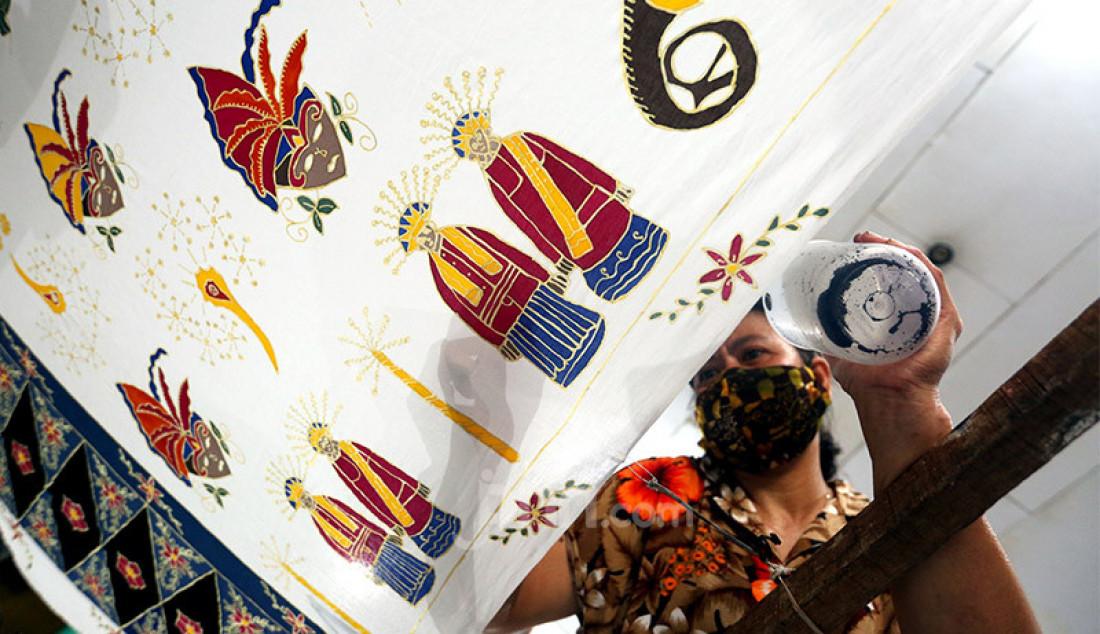 Perajin membuat batik bermotif Covid-19 di Rumah Batik Palbatu, Jakarta, Senin (19/10). Setelah sempat tutup akibat pandemi, Rumah Batik Palbatu kembali bangkit secara perlahan dengan menciptakan kain batik edisi Jakarta Terkini bergambar Covid-19 dipadu ikon-ikon khas ibu kota. Foto: Ricardo - JPNN.com