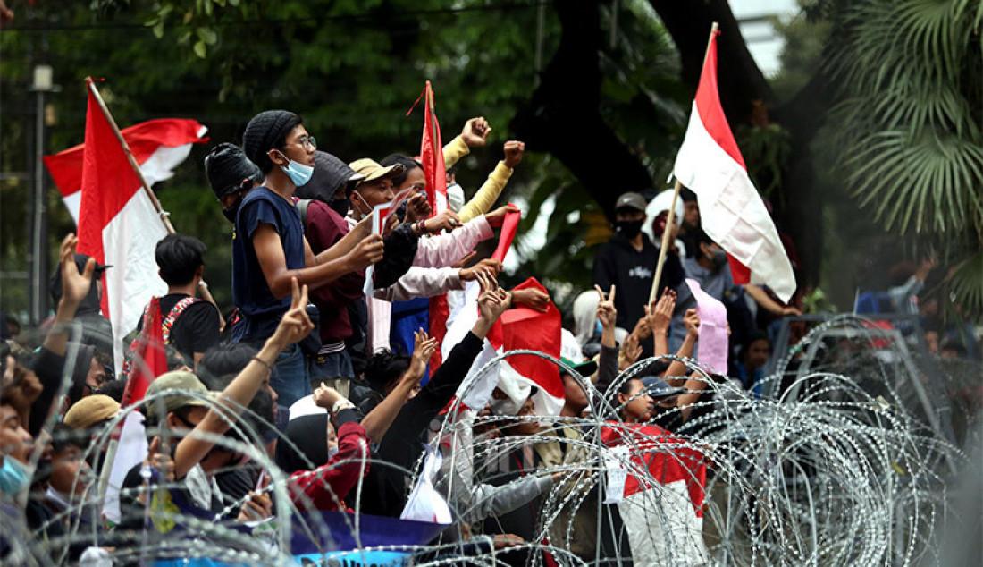 Mahasiswa dari berbagai kampus melakukan aksi unjuk rasa di sekitar kawasan Patung Kuda, Jalan Medan Merdeka Barat, Jakarta, Selasa (20/10). Mereka menolak UU Cipta Kerja. Foto: Ricardo - JPNN.com
