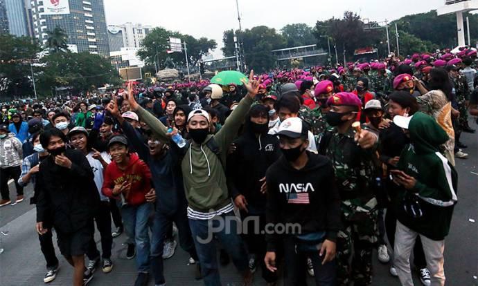 Marinir Redam Demo Penolak Omnibus Law di Patung Kuda