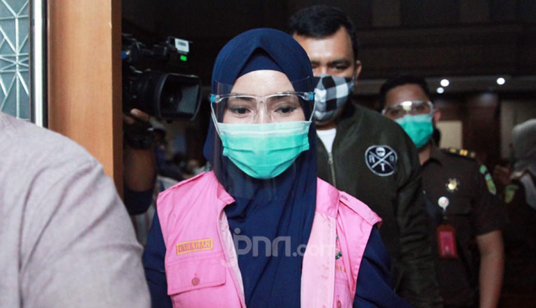 Terdakwa Pinangki Sirna Malasari meninggalkan ruang sidang Pengadilan Tipikor, Jakarta, Rabu (21/10) usai menjalani sidang pembacaan eksepsi atas kasus suap pengurusan pengajuan fatwa MA untuk pembebasan Djoko Tjandra. JPU menolak eksepsi terdakwa dan meminta hakim melanjutkan persidangan. Foto: Ricardo - JPNN.com