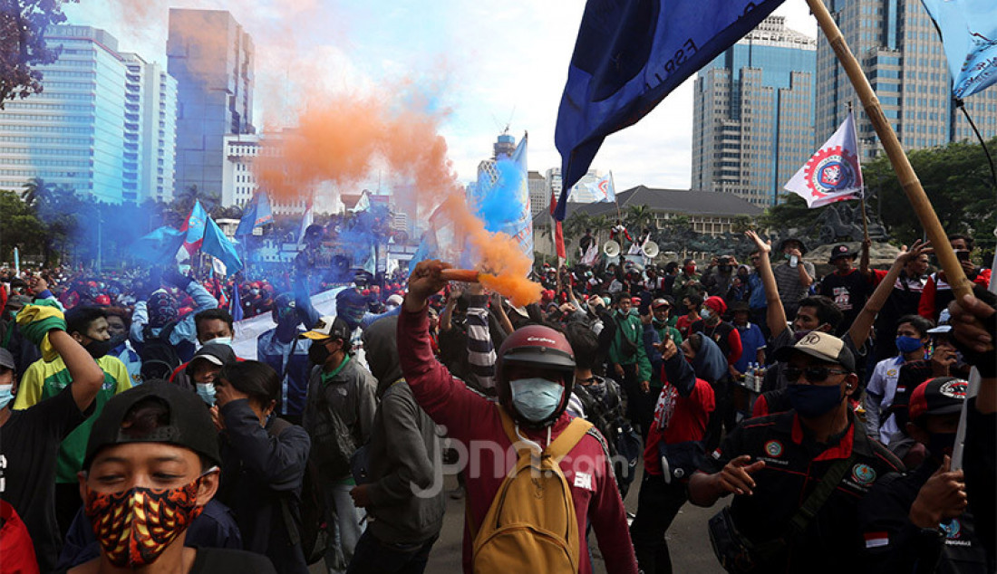 Massa buruh melakukan aksi demo menolak Omnibus Law Cipta Kerja di kawasan Patung Kuda, Jakarta Pusat, Kamis (22/10). Foto: Ricardo - JPNN.com