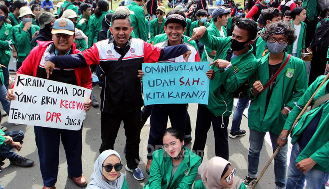 Massa buruh bersama mahasiswa saat melakukan aksi demo menolak Omnibus Law Cipta Kerja di kawasan Patung Kuda, Jakarta Pusat, Kamis (22/10). Foto: Ricardo - JPNN.com