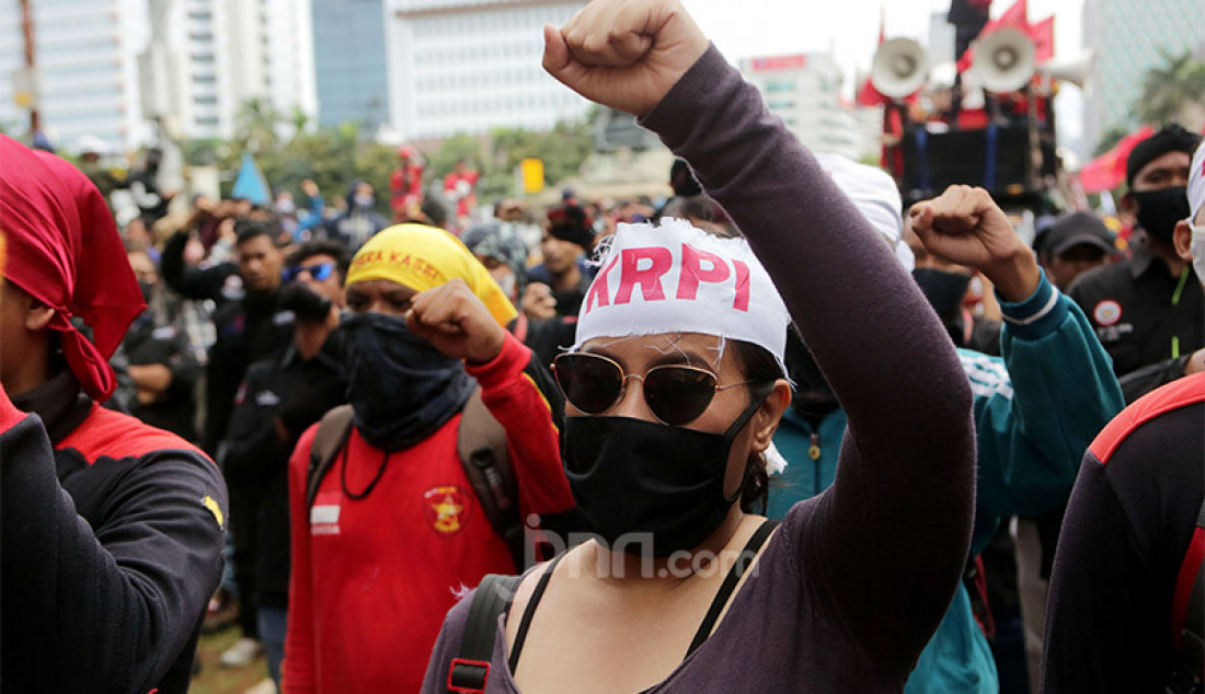 Massa buruh melakukan aksi demo menolak Omnibus LawCipta Kerja di kawasan Patung Kuda, Jakarta Pusat, Kamis (22/10). Foto: Ricardo - JPNN.com