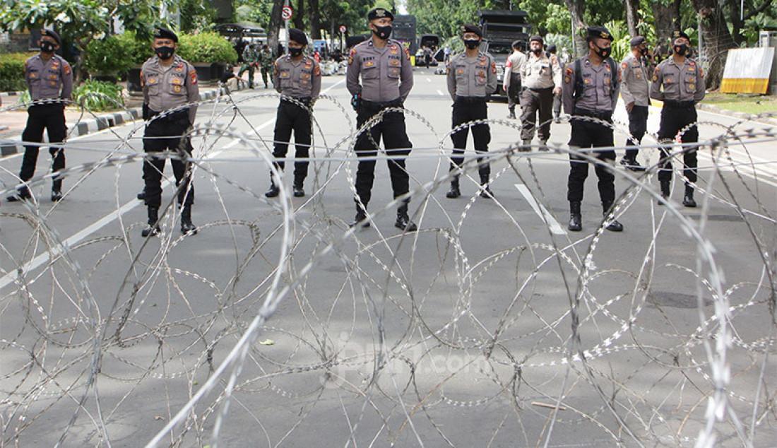 Anggota Polri mengawal jalannya aksi demo buruh dan mahasiswa yang menolak Omnibus Law Cipta Kerja di kawasan Patung Kuda, Jakarta Pusat, Kamis (22/10). Foto: Ricardo - JPNN.com