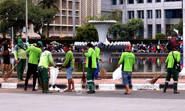 Bersihkan Sampah Sisa Aksi Demo Penolak Cipta Kerja - JPNN.com