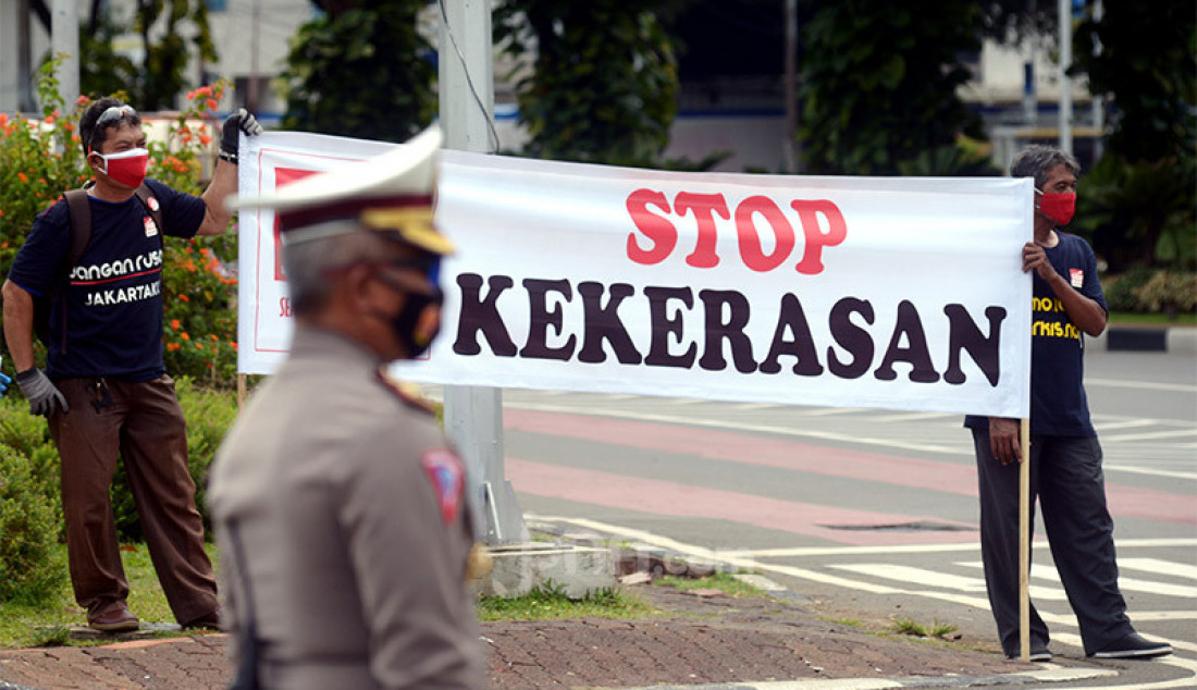 Sejumlah massa melakukan aksi damai di Bundaran Air Mancur Patung Kuda, Jakarta Pusat, Selasa (27/10), guna menolak unjuk rasa anarkistis. Foto: Ricardo - JPNN.com