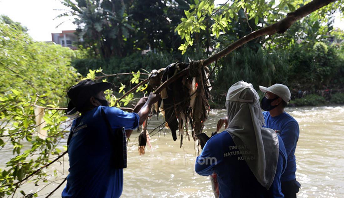 Sejumlah sukarelawan pegiat lingkungan bersama tim Satgas Naturalisasi Ciliwung Kota Bogor mengikuti refleksi Sumpah Pemuda di Delta Ciliwung Sukaresmi, Bogor, Jawa Barat, Rabu (28/10). Foto: Ricardo - JPNN.com