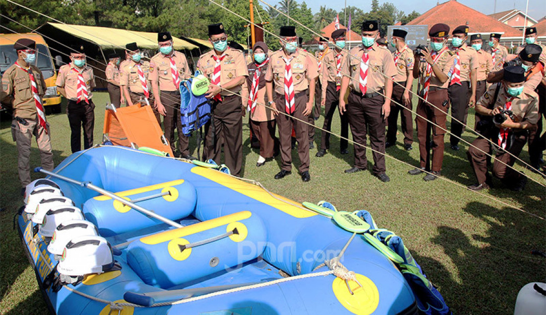 Ketua Kwartir Nasional Gerakan Pramuka Komjen (Purn) Budi Waseso memeriksa perlengkapan para sukarelawan Satgas Covid-19 dalam apel kesiapsiagaan di Taman Rekreasi Wiladatika, Cibubur, Jakarta, Rabu (28/20). Foto: Ricardo - JPNN.com