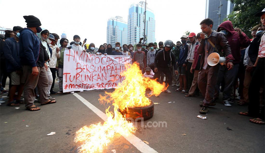 Massa dari buruh dan mahasiswa membakar ban saat berunjuk rasa di kawasan Patung Kuda, Jakarta, Rabu (28/10), guna menolak Undang-Undang Cipta Kerja. Foto: Ricardo - JPNN.com
