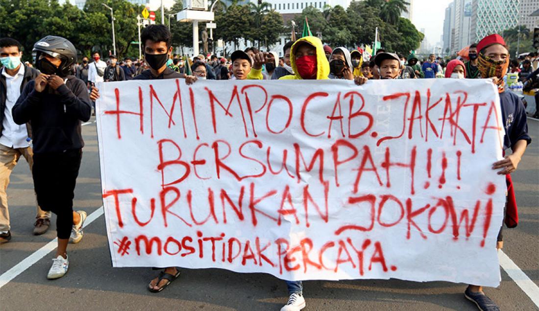 Massa dari buruh dan mahasiswa saat berunjuk rasa di kawasan Patung Kuda, Jakarta, Rabu (28/10), guna menolak Undang-Undang Cipta Kerja. Foto: Ricardo - JPNN.com