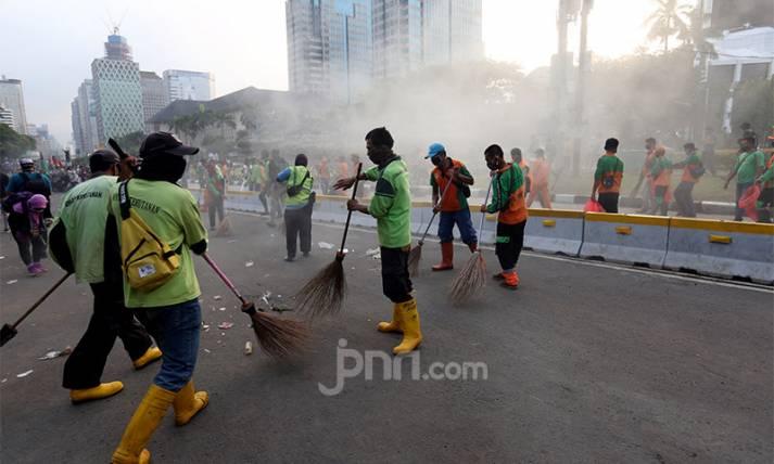 Bersihkan Sisa-sisa Aksi Demo Tolak Omnibus Law - JPNN.com
