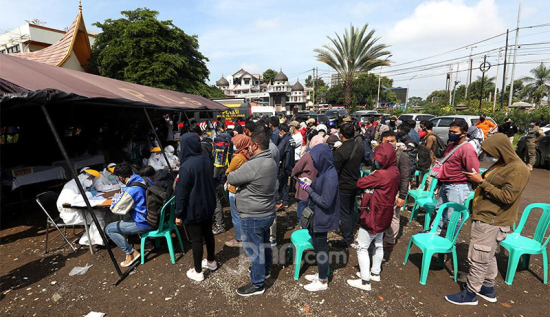 Ratusan wisatawan mengantre demi menjalani rapid test di kawasan wisata Gadog, Bogor, Kamis (29/10). Pemkab Bogor mewajibkan wisatawan yang mengunjungi kawasan Puncak dan sekitarnya mengikuti rapid test guna mencegah penyebaran Covid-19. Foto: Ricardo - JPNN.com