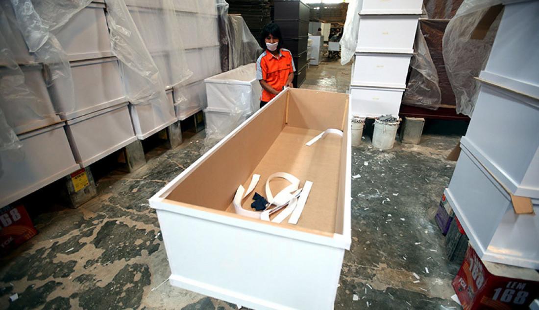 Sejumlah pekerja di pabrik Hakari Furniture, kawasan Daan Mogot, Jakarta Barat, Jumat (30/10) menyelesaikan pesanan peti mati khusus jenazah Covid-19. Hakari Furniture mampu menghasilkan 100 peti mati khusus jenazah korban Covid-19 per hari. Foto: Ricardo - JPNN.com