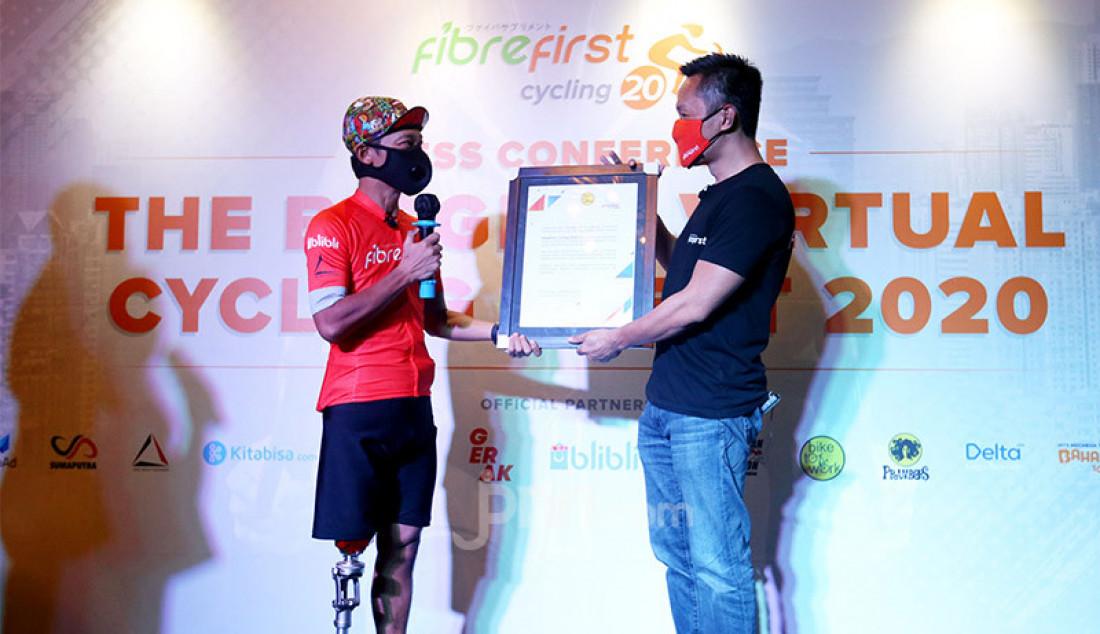 CEO FibreFirst Benny Winata (kanan) memberikan cendera mata kepada Peserta FibreFirst Cycling 2020 di Jakarta, Senin (2/11). FibreFirst menyerahkan donasi sebesar Rp 200 juta untuk membantu korban dampak pandemi Covid-19. Foto: Ricardo - JPNN.com