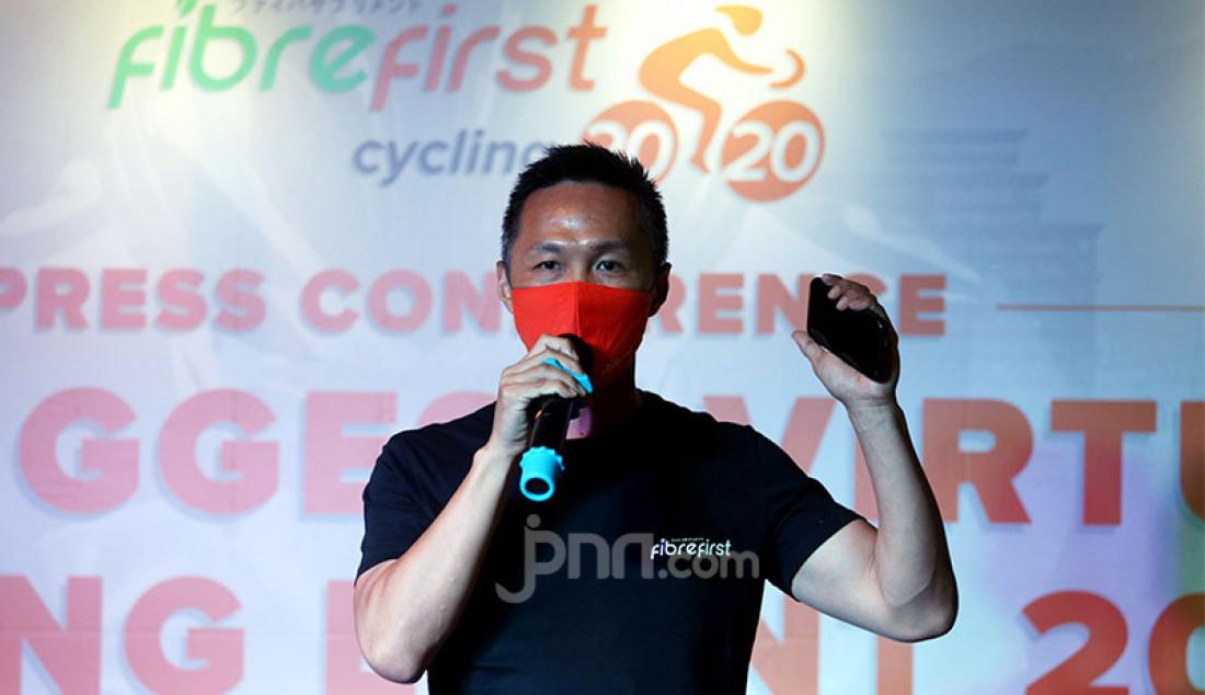CEO FibreFirst Benny Winata memberikan sambutan pada penyerahan donasi sebesar Rp 200 juta untuk membantu korban dampak Covid-19 di Jakarta, Senin (2/11). Foto: Ricardo - JPNN.com