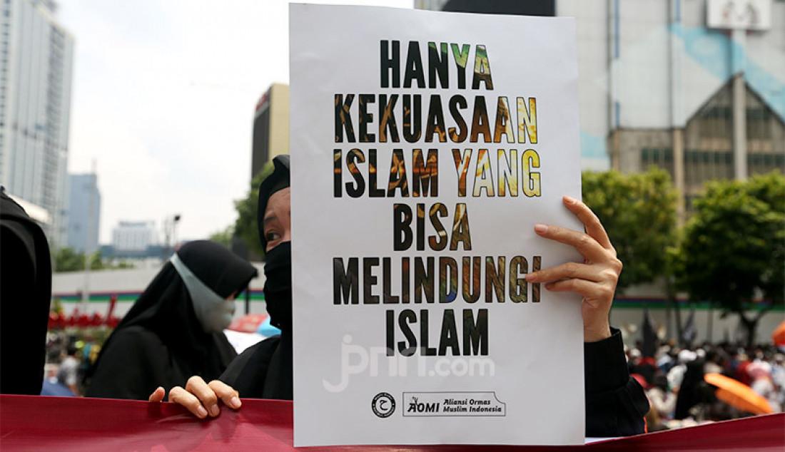 Massa dari berbagai ormas berunjuk rasa di depan Kedutaan Besar Prancis di Jakarta, Selasa (4/11). Aksi itu sebagai bentuk protes atas sikap Presiden Perancis Emmanuel Macron terkait kartun Nabi Muhammad SAW di majalah Charlie Hebdo. Foto: Ricardo - JPNN.com
