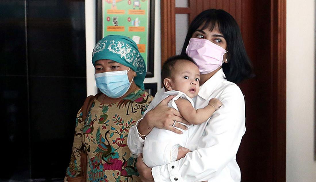 Terdakwa kasus kepemilikan narkoba Vanesza Adzania alias Vanessa Angel saat akan mengikuti sidang putusan di Pengadilan Negeri Jakarta Barat, Kamis (5/11). Pada persidangan itu majelis hakim menjatuhkan hukuman 3 bulan penjara dan denda sebesar Rp 10 juta kepada Vanessa. Foto: Ricardo - JPNN.com