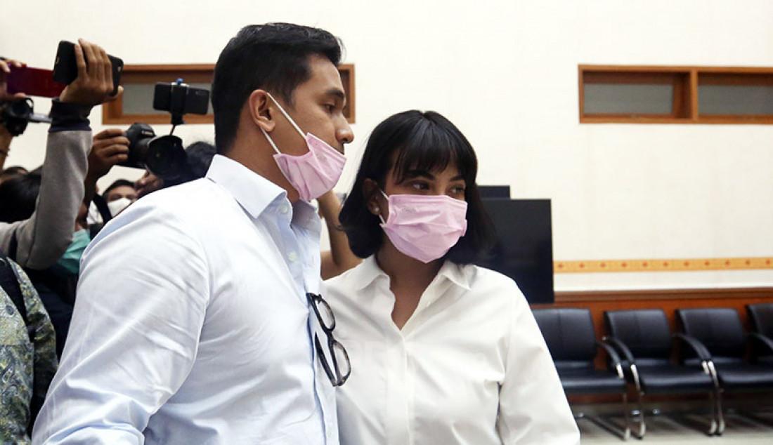 Vanessa Angel bersama suaminya, Febri Ardiansyah jelang sidang dengan agenda pembacaan putusan di Pengadilan Negeri Jakarta Barat, Jakarta, Kamis (5/11). Pada persidangan itu majelis hakim menjatuhkan hukuman 3 bulan penjara dan denda sebesar Rp 10 juta kepada Vanessa yang menjadi terdakwa kepemilikan narkoba. Foto: Ricardo - JPNN.com