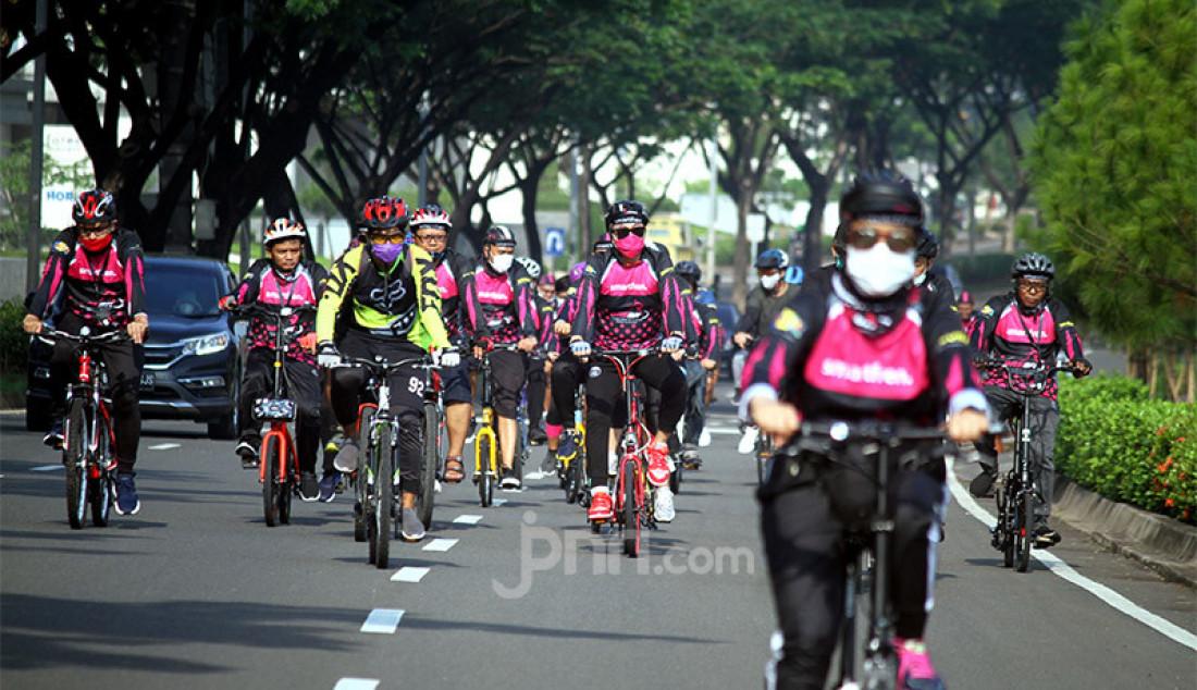 Para peserta Gowes Asik Smartfren Bareng Outlet dan Distributor (Gasbro) 2020 bersepeda di kawasan BSD, Tangerang Selatan, Banten Minggu (8/11). Di tengah antusiasme tinggi masyarakat terhadap olahraga bersepeda, Smartfren menggelar Gowes Asyik dengan tetap menerapkan protokol kesehatan. Foto: Ricardo - JPNN.com