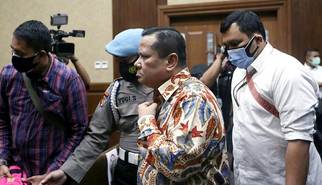 Irjen Pol Napoleon Bonaparte yang menjadi terdakwa kasus dugaan suap penghapusan red notice Djoko S Tjandra memasuki ruang sidang Pengadilan Tipikor Jakarta, Senin (9/11). Agenda sidang kali ini ialah pembacaan nota keberatan atau eksepsi. Foto: Ricardo - JPNN.com