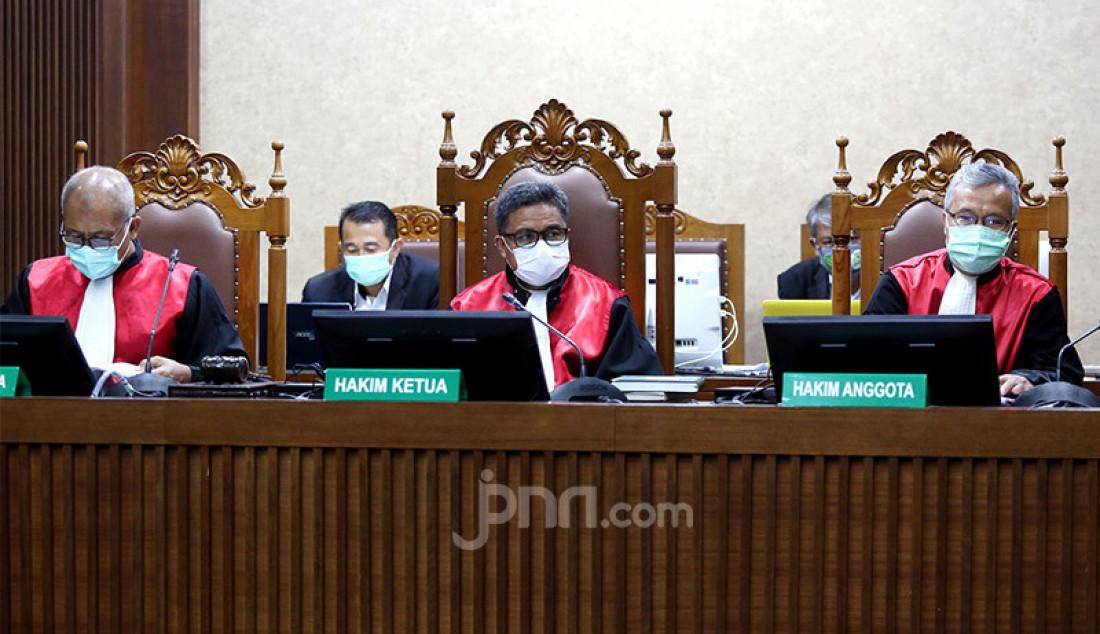Majelis hakim Pengadilan Tipikor Jakarta menggelar persidangan terhadap Irjen Pol Napoleon Bonaparte yang menjadi terdakwa kasus suap penghapusan red notice Djoko S Tjandra, Senin (9/11). Agenda persidangan tersebut ialah pembacaan nota keberatan atau eksepsi atas surat dakwaan. Foto: Ricardo - JPNN.com