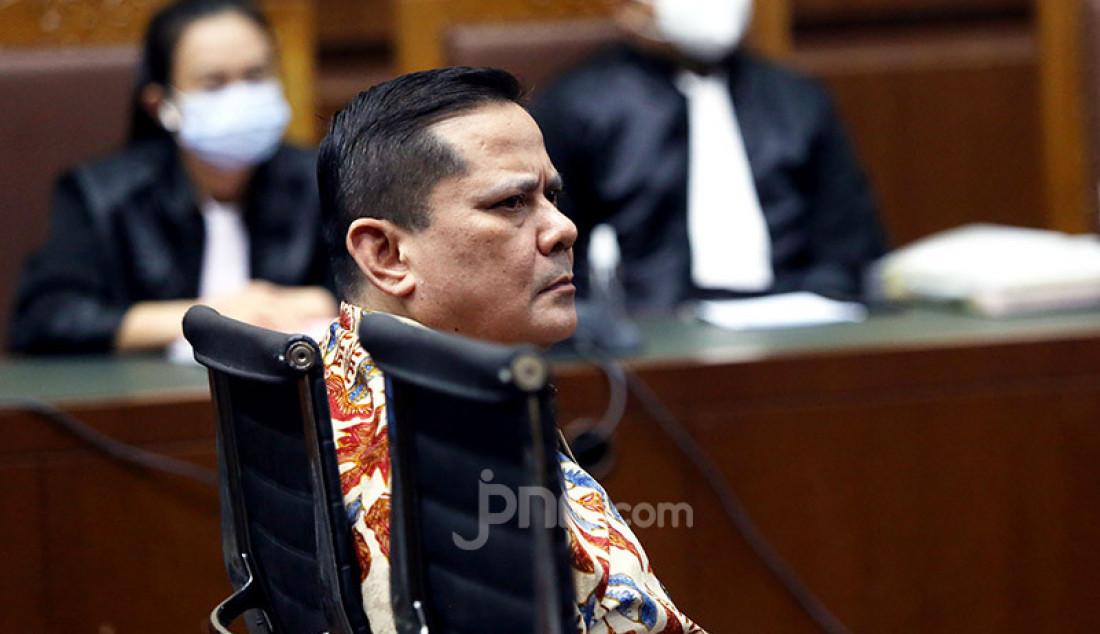 Irjen Pol Napoleon Bonaparte yang menjadi terdakwa kasus dugaan suap penghapusan red notice Djoko S Tjandra sedang menjalani persidangan di Pengadilan Tipikor Jakarta, Senin (9/11). Agenda sidang tersebut ialah pembacaan nota keberatan atau eksepsi. Foto: Ricardo - JPNN.com
