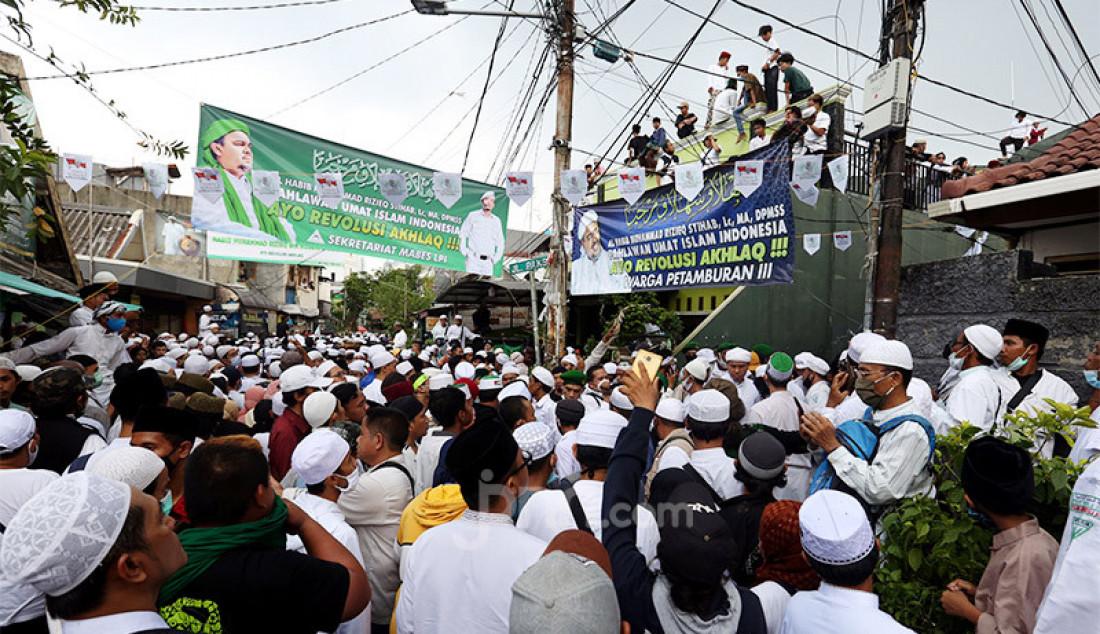 Massa dari sejumlah ormas memadati kawasan Petamburan, Jakarta Pusat, Selasa (10/11) guna menyambut kedatangan Imam Besar Front Pembela Islam (FPI) Habib Rizieq Shihab. Foto: Ricardo - JPNN.com