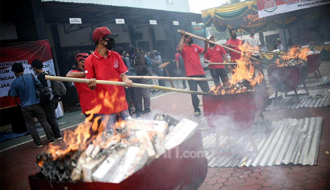 Pemusnahan uang dolar palsu di halaman Kejaksaan Negeri, Jakarta Utara, Rabu (11/11). Uang palsu yang dibakar itu merupakan barang bukti perkara yang telah berkekuatan hukum tetap. Foto: Ricardo - JPNN.com