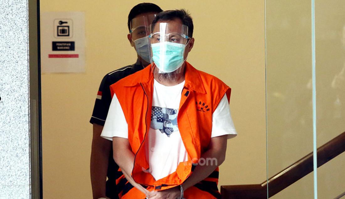 Mantan Wakil Bendahara Umum PPP Puji Suhartono terlihat mengenakan rompi tahanan usai menjalani pemeriksaan di Komisi Pemberantasan Korupsi (KPK), Jakarta, Selasa (12/11). KPK menduga Puji menerima suap dari Bupati Labuhanbatu Utara Khairuddin Syah Sitorus terkait pengurusan Dana Alokasi Khusus (DAK) dari APBN-P 2017 dan APBN 2018. Foto: Ricardo - JPNN.com