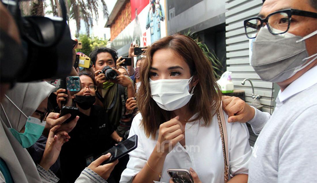 Artis Gisella Anastasia usai menjalani pemeriksaan di Gedung Ditkrimsus Mapolda Metro Jaya, Jakarta, Selasa (17/11), terkait kasus video asusila yang mirip dirinya. Foto: Ricardo - JPNN.com