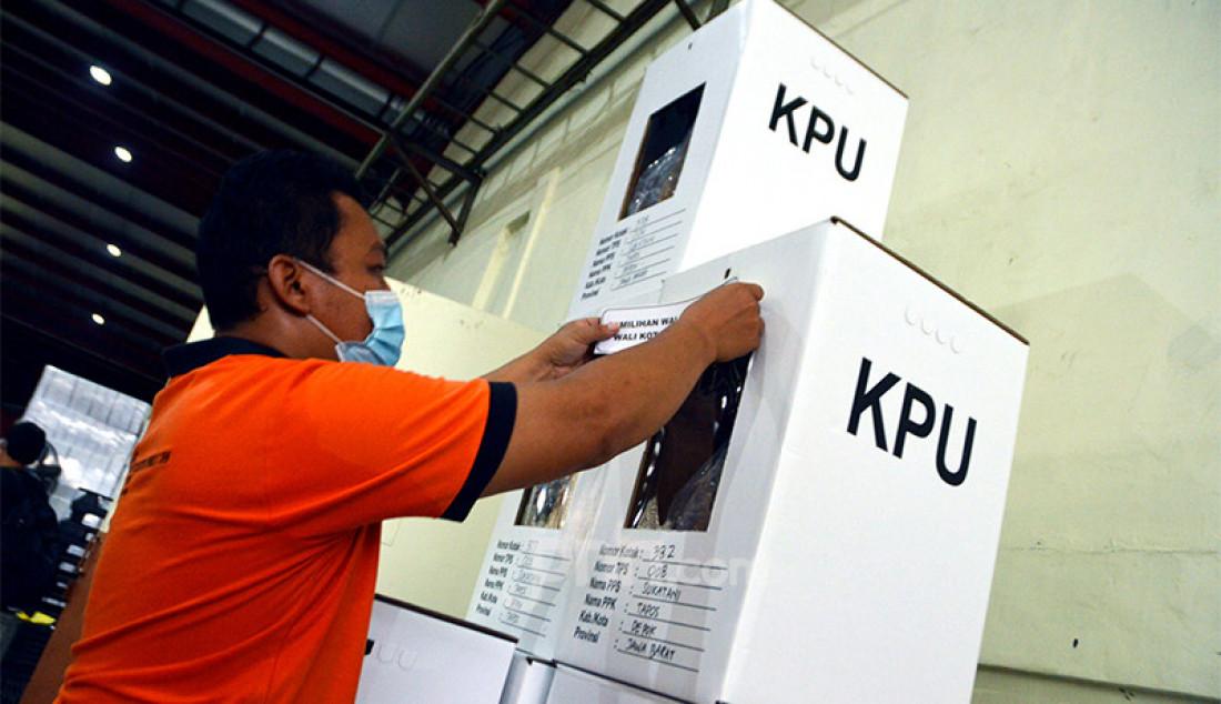Petugas KPU Kota Depok, Jawa Barat menyortir surat dan kotak suara di gudang logistik, Senin (23/11). Kota Depok akan melaksanakan pemungutan suara untuk pemilihan wali kota dan wakil wali kota pada 9 Desember mendatang. Foto: Ricardo - JPNN.com