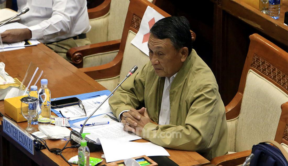 Menteri ESDM Arifin Tasrif mengikuti rapat kerja dengan Komisi VII DPR di Kompleks Parlemen Senayan, Jakarta, Senin (23/11). Rapat tersebut membahas rencana tentang tindak lanjut atas UU Cipta Kerja sektor ESDM dan progres pembangunan smelter di Indonesia. Foto: Ricardo - JPNN.com
