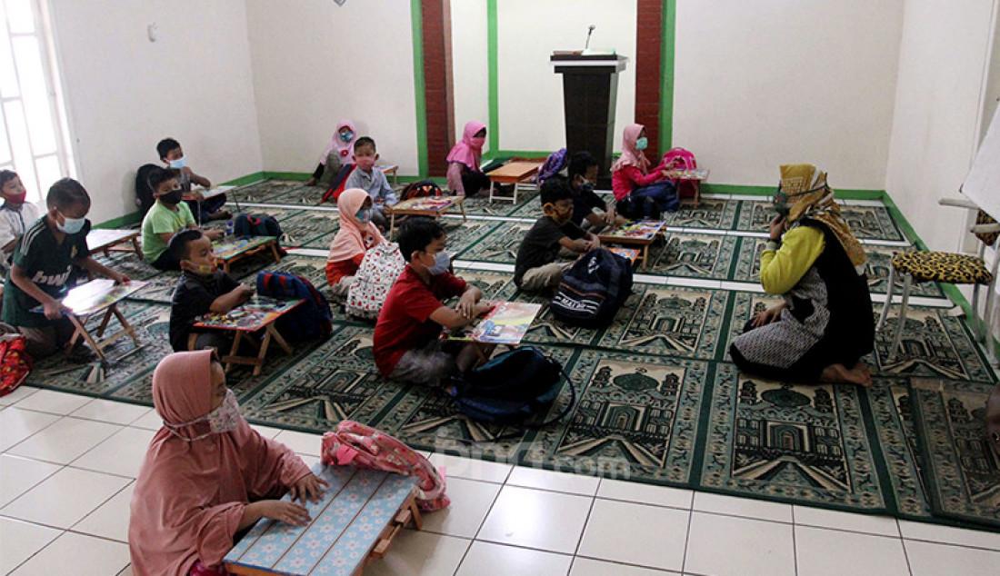 Para murid sebuah sekolah di kawasan Pondok Cabe, Tangerang Selatan, Banten mengikuti kegiatan belajar mengajar (KBM) tatap muka di musala, Selasa (24/11). KBM tatap muka dilaksanakan dalam satu hari saja dengan menerapkan standar protokol kesehatan. Foto: Ricardo - JPNN.com