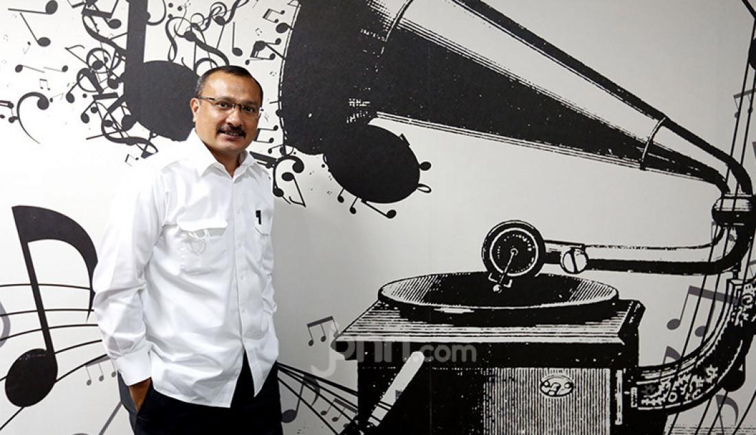Direktur Eksekutif Energy Watch Indonesia (EWI) Ferdinand Hutahaean saat menjadi narasumber program Ngompol (Ngomongin Politik) di jpnn.com, Jakarta, Kamis (26/11). Foto: Ricardo - JPNN.com