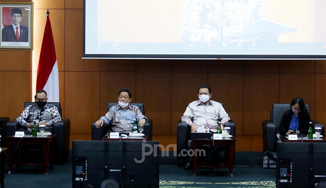 Ketua MPR RI Bambang Soesatyo (nomor 2 dari kanan) bersama pembicara lainnya termasuk ahli hukum internasional Prof Hikmahanto Juwana saat menghadiri forum group discussion (FGD) bertema 'Politik Luar Negeri Amerika Serikat' di Jakarta, Rabu (2/12). Foto: Ricardo - JPNN.com
