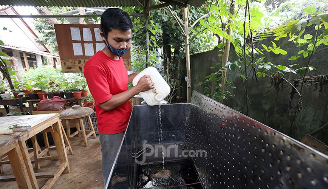 Perajin mengerjakan pembuatan kain dengan motif cetak daun dan tanaman gulma (Ecoprint) di workshop Arae, Perumahan Palem Radja, Kelurahan Bubulak, Kota Bogor, Jawa Barat, Kamis (3/12). Pemasaran kain berbahan ramah lingkungan tersebut tak hanya di dalam negeri, tetapi telah menembus Singapura, India dan Venezuela. Foto: Ricardo - JPNN.com